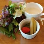 飯能美肌イタリアンレストラン イーズパッション - ランチのサラダとスープです