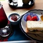 ガーデンカフェもも - 料理写真:ブルーベリー&黒カシスソーダ(420円) 、モーニングBセット(フルーツサンド、マンゴーゼリー、スイカ、カスピ海ヨーグルト)