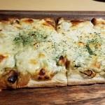 越後酒房 八海山 - とろーりチーズの和風ピザ(780円)