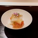 111603588 - 先付けは、淡路の鱚の昆布〆と白ずいき、フルーツトマトに梅酢のジュレ