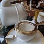 ドリーマーズ・ラウンジ - プレミアムセレクションの紅茶は変わったポットで出てきます