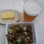 111619497 - モーニングの玉子焼きと生ビール、ホルモン