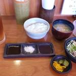 一會 - 料理写真:定食のご飯とサラダと味噌汁と漬物