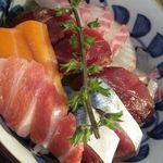 11163352 - 2012.01:ランチのお刺身・海鮮丼のドアップ!!