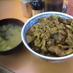 三河家 - 牛丼 並(500円)と味噌汁(50円)
