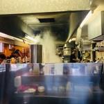 大砲ラーメン - 活気のある厨房!