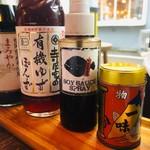 博多炉端 魚男 - 卓上調味料が充実!