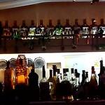 ミルク村 - カウンターの中には、高そうなお酒が並んでいます!