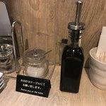 熟成和牛焼肉エイジング・ビーフ - テーブル上の塩・胡椒・タレ