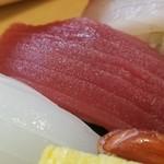 Sushihiro - ③赤身のヅケ             筋の間隔が狭く、脂のりが穏やかで爽やかな味わい。             本鮪の若魚?メバチマグロ?             すっきりしているのでメバチマグロだと思いますが、状態が良くお値打ちだと思います。