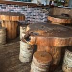 沼津フィッシュマーケットタップルーム - 中の机も木です。