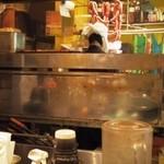 トゥッカーノグリル&バー - 厨房には大きなグリラーが