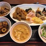 クワンチャイ タイ食堂茶屋町店 - お皿がいっぱいあって、どれに盛るか迷う('ω')個人的に右上の細長いお皿のチョイスが良かったと感じた。色々盛れるし、空いたスペースに汁物の小鉢が置けるから(・ω・)