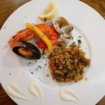 111676363 - ✦魚介のパエリア                       店員さんが綺麗に取り分けてくださいました(1名分)                       お皿に飾られた自家製のガーリックマヨネーズがアクセント