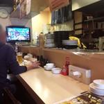 日本橋焼餃子 - カウンター席の様子。