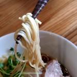 地鶏ラーメン とりじ - 【2019.7.15(月)】醤油ラーメン全部のせ(並盛・140g)1,250円の麺