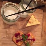 ワイン×チーズ料理専門店 チーズチーズカフェ - 付き出し
