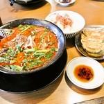 一刻魁堂 - 料理写真:台湾ラーメンとギョーザセット(辛味5)950円