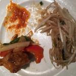 エラワン - 厚揚げともやしのオイスターソース炒め(右)鶏肉と野菜のピーナッツ炒め(左)