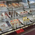 ケーキの店 のぐち - ケーキが並ぶケース