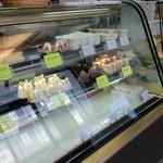 ケーキと銘菓の店ヤマシタ - ショーケースです。