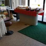 ケーキと銘菓の店ヤマシタ - 店内です。