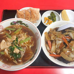 111701805 - 飯麺セット(780円)                       豚肉麺と中華飯                       餃子、漬物、フルーツも付きます