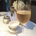 オーベルジュ・ド・リル - 乾杯はスパークリングワインで。