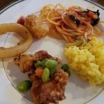 terasudainingumike-ra - 温かい料理2。安っぽい料理が並んでる(笑)でも、オニオンリングとハッシュドポテト大好き。