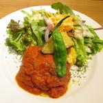 カフェルード - ルードの手ごねハンバーグ 夏野菜のトマトソース グリーンサラダ添え