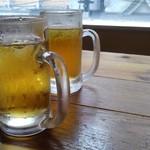 111737724 - お茶がジョッキで提供されます。