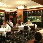 リストランテ カノビアーノ - 奥にガラス張りの厨房が見えます
