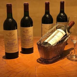 レストランとして国内最高峰を誇るスペインワインのストック。