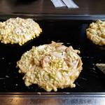 111753569 - 焼き始め。真ん中がマジ盛豚玉、右奥がミックス、左奥がチーズイン豚玉だったかな。うろ覚えです。