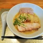 111756982 - トロッととろみのある黄金色のスープに、テリーヌを溶かして2度楽しめる、塩鶏そば800円