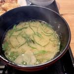 やきとりあそび邸 - 味噌汁は鶏と昆布の出汁が効いてます