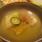 いはら田 - 椀物 鱧・ずいき・焼き茄子の上に茗荷 鱧の骨と玉ねぎのお出汁