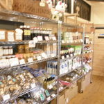 田舎家 - 1階はお土産売店スペースです。地元の特産品を販売。