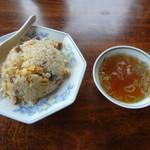 中華料理 宮原屋 - 料理写真:チャーハン、スープ