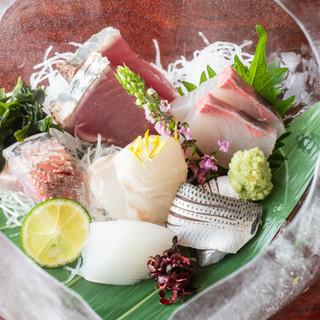 """豊洲市場の鮮魚や""""岩手がも""""など、食材にこだわった一品料理"""