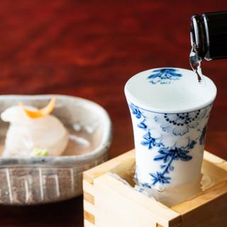 20種類以上の全国の日本酒を、蕎麦屋ならではの粋な「升酒」で