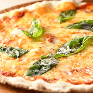 4種類の粉をブレンド。モチモチで香ばしいピザをどうぞ!