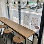 ギャルリー ノン - 窓に面した日差しの入る気持ちいいカフェ・スペース