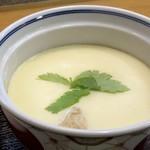 小料理 はかた伊達 - 茶碗蒸しは大きめの器で出されます。 具材は少なく、小さめの鶏肉一切れ、銀杏、かまぼこ、なぜかキクラゲなどが入っていました。お味は良いですね。