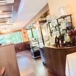 嵐山茶寮 - 店内。とても綺麗。焙煎機からイイ香りが。