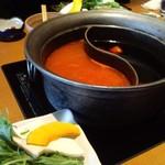 11182974 - ドリンク付850円のしゃぶしゃぶランチのスープ(すき焼き風出汁+火鍋出汁)
