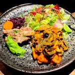 ビストロハマイフ - 2019.7.17 豚肩ロースの炭火ロースト+ボッタルガとイカスミの魚介パスタ・トマトソース。緑色のソースはニラから作られたもの