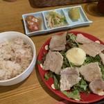 なでしこ食堂 - 680円ランチは2種類。これは豚ポン酢マヨでもう1つはゲソ天。豚ポン酢マヨは男性から見たらサラダに見えるボリューム。