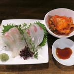 立ち呑み処 缶缶酒場 - 男前セット1180円のお造り盛合せと白菜キムチ