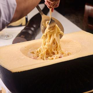 チーズの塊の中で仕上げる濃厚カルボナーラフェットチーネ